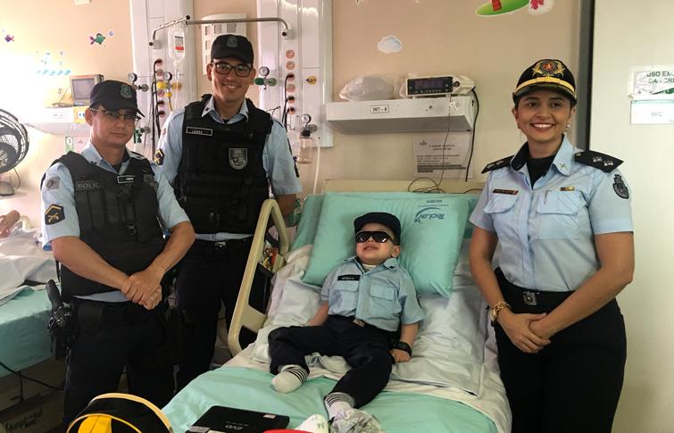 Paciente do Hias realiza sonho ao receber visita de policiais