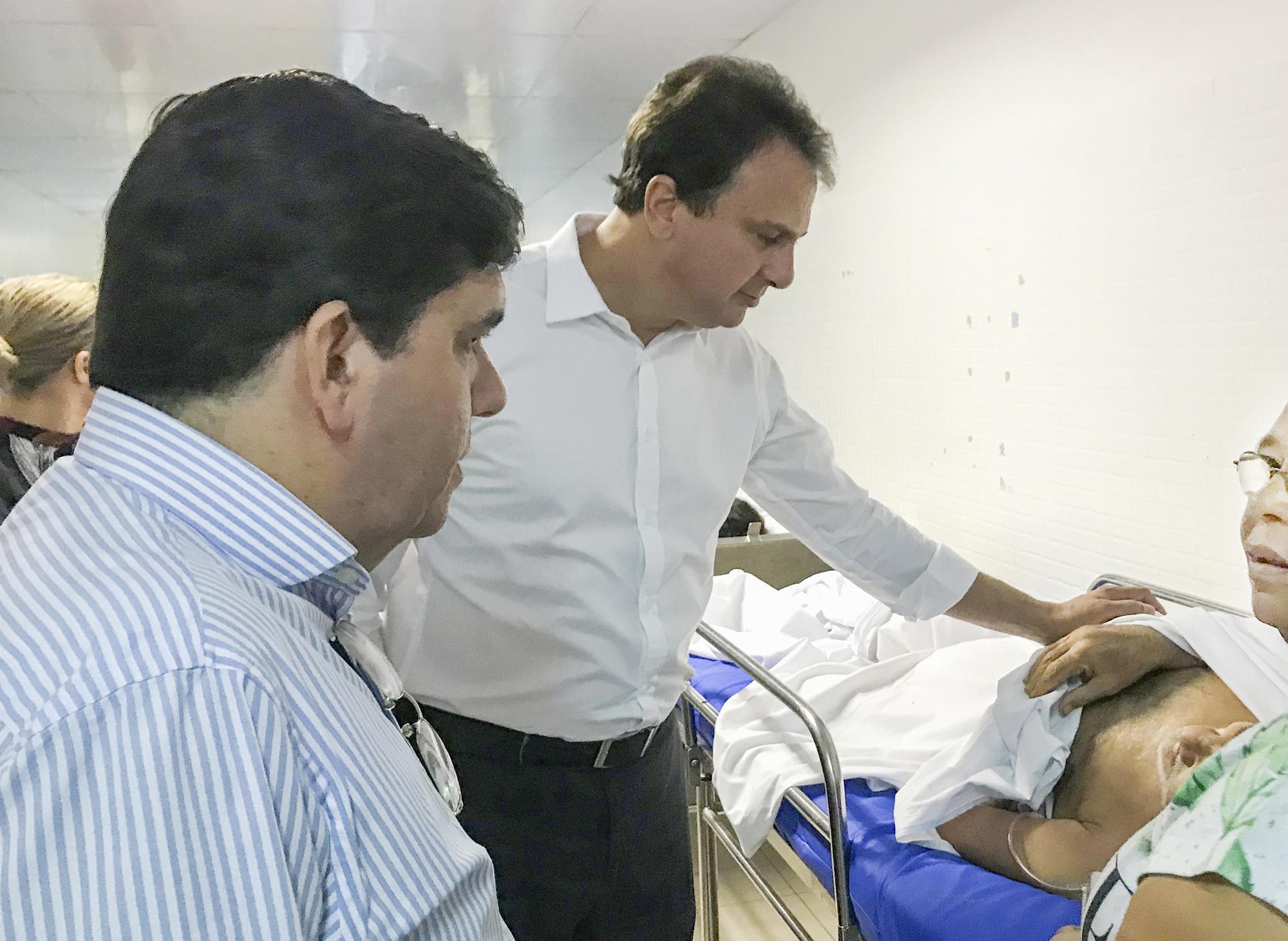 Camilo Santana faz visita ao HGF e conversa com pacientes e funcionários